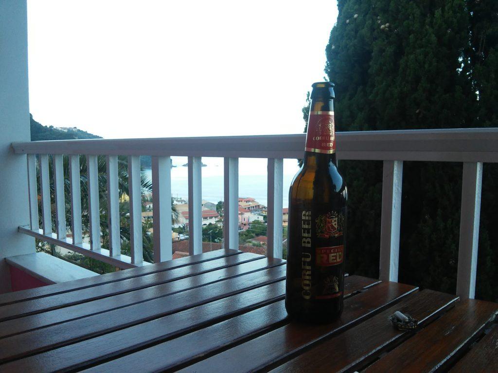 Verdientes Korfu-Bier auf der Terrasse vom Pink Palace