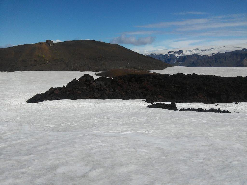 Tiefschwarze junge Lava in weißem Schnee