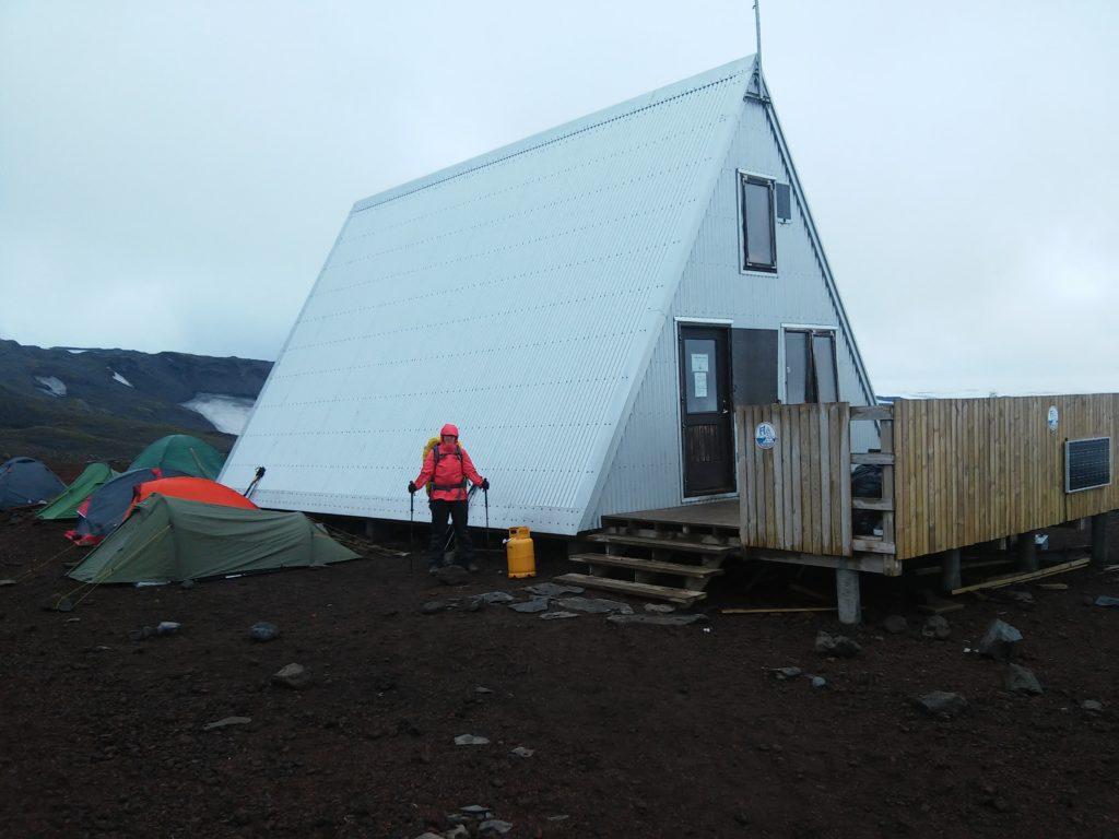 Baldvinsskali-Hütte von Zelten umringt