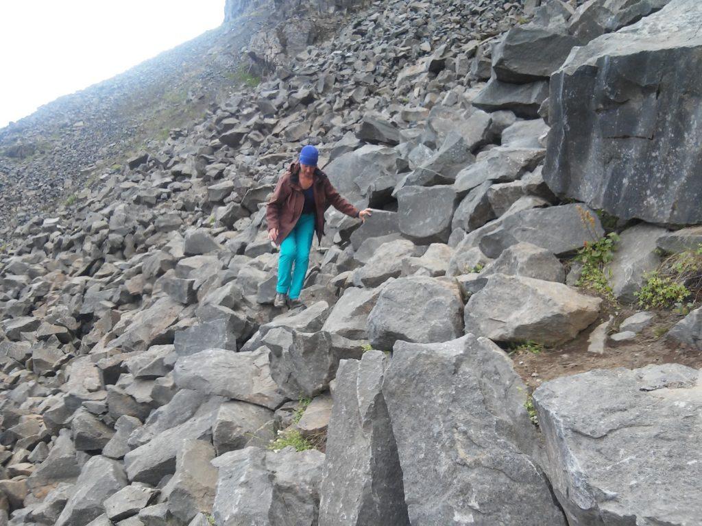 Katharina überwindet die Felsblöcke