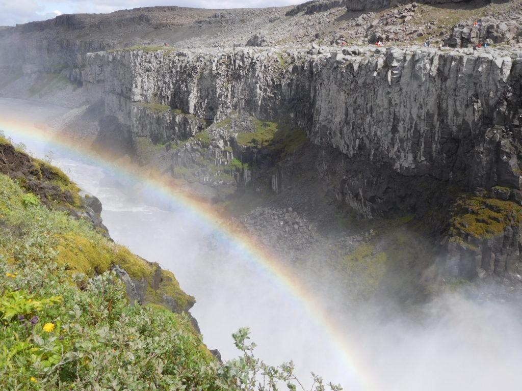 Sonne und Wasserfall = Regenbogen