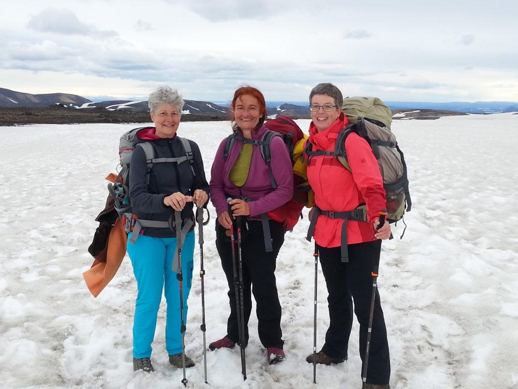 Drei Wanderinnen auf dem Altschnee